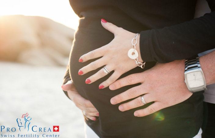infertilità-uomo-abbraccia-donna-incinta